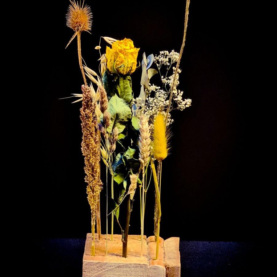 droogbloemen op een plankje of houtje